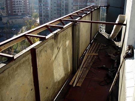 балкон с выносом по подоконнику на сварном каркасе
