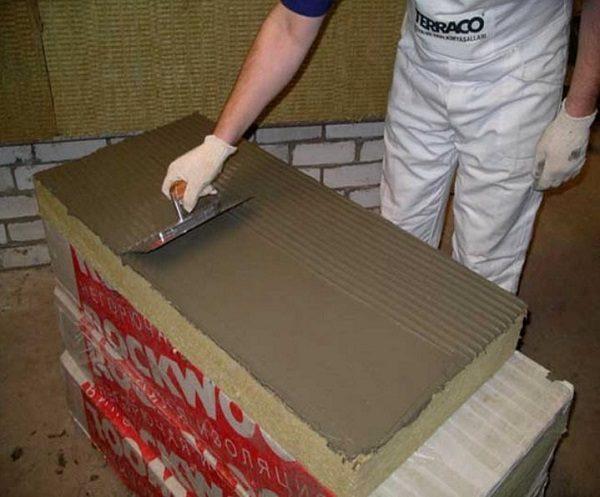 нанесение клея на плиты минеральной ваты