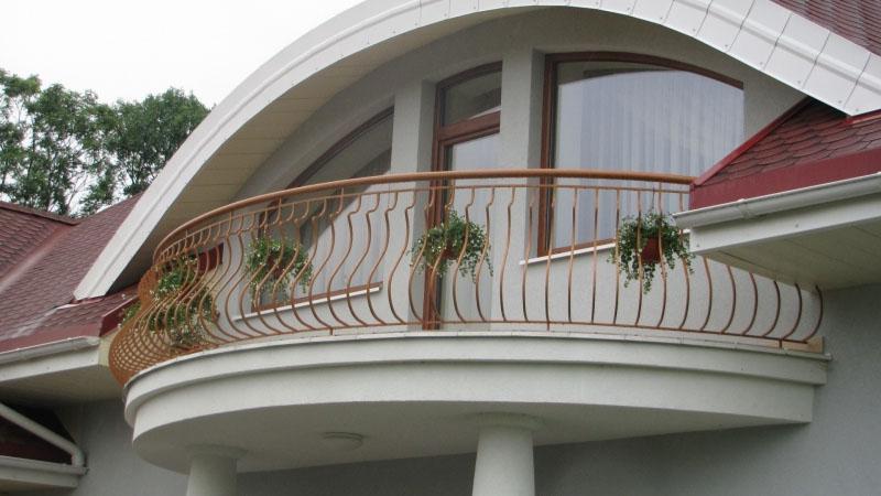 Полукруглый незастекленный балкон