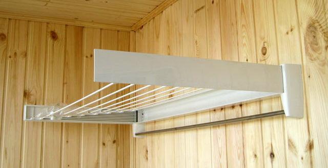 Настенная складывающаяся сушилка на балконе