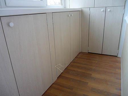 Шкаф встроенный в стену балкона