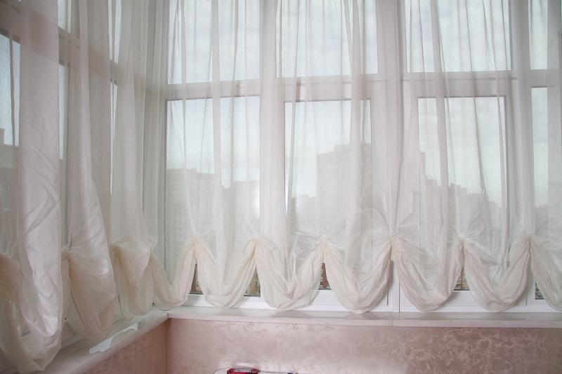 австрийские шторы на балконе