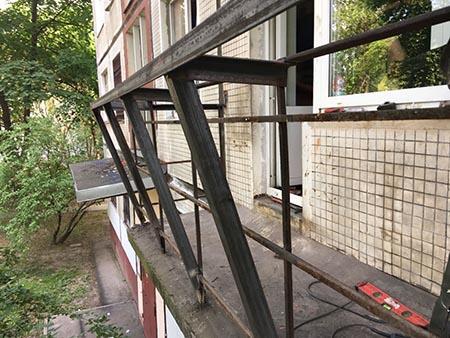 балкон с выносом по подоконнику на кронштейнах
