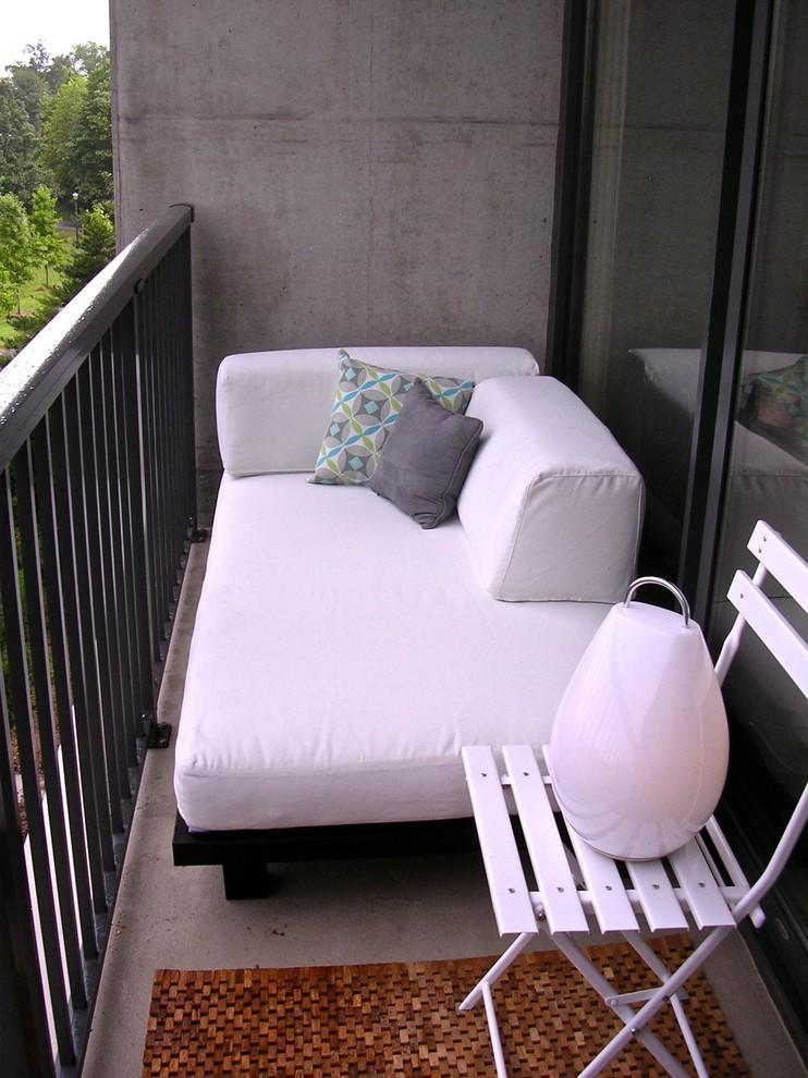 диван на открытом балконе