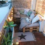 кровать из паллетов на открытом балконе