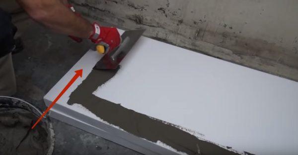 нанесение клея на плиту пенопласта