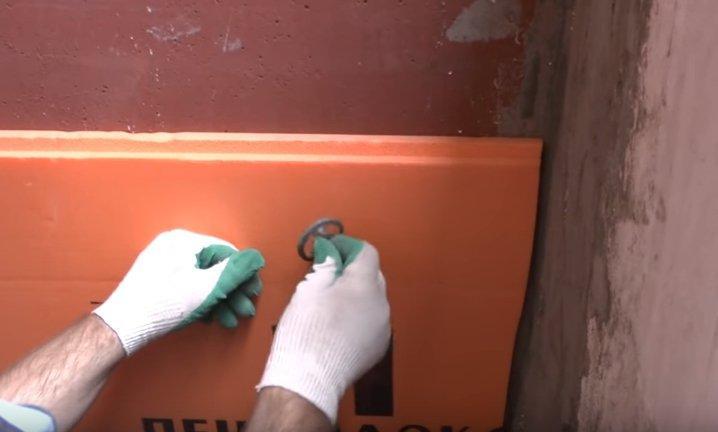 Крепление утеплителя на потолке с помощью дюбелей