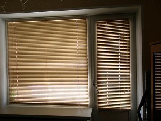 Горизонтальные жалюзи на балконную дверь