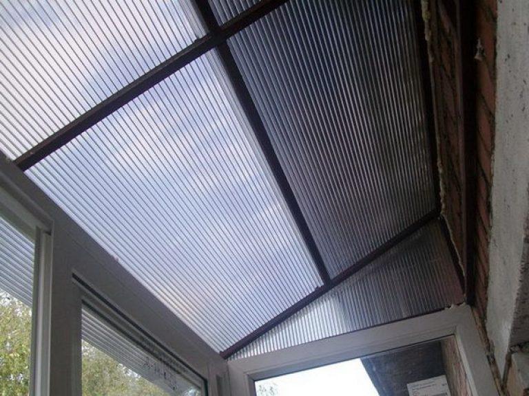 Крыша из поликарбоната на балконе