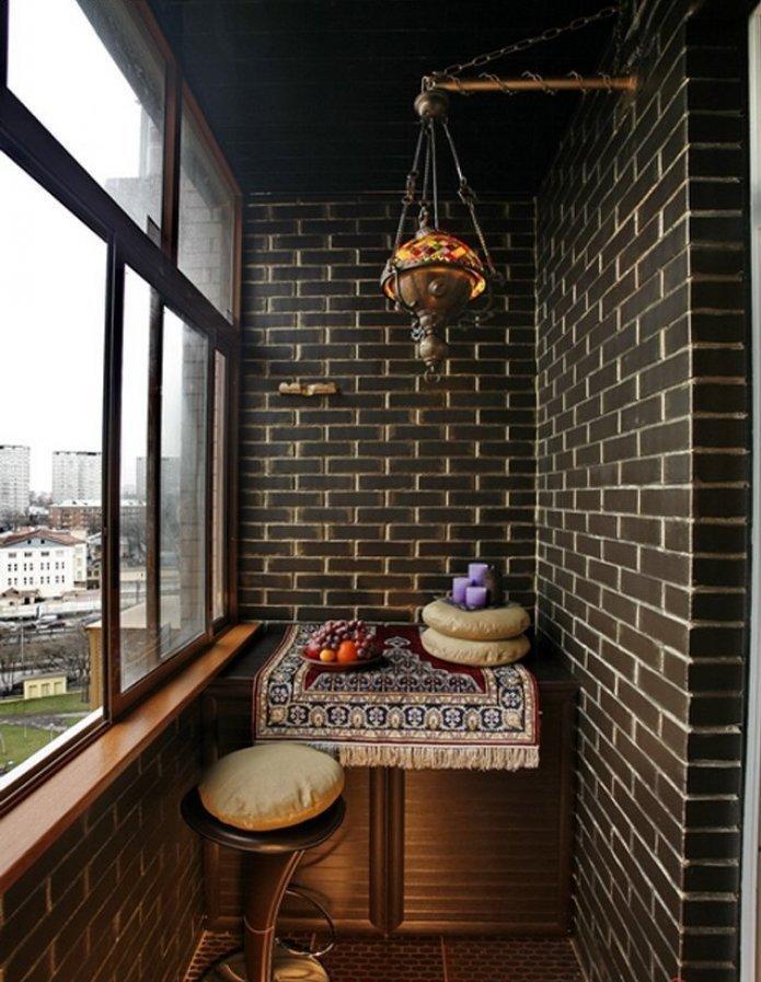 темный камень на балконе