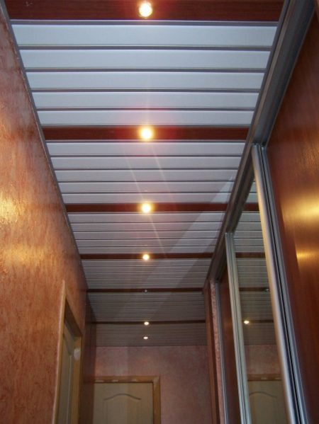 отделка потолка рейками